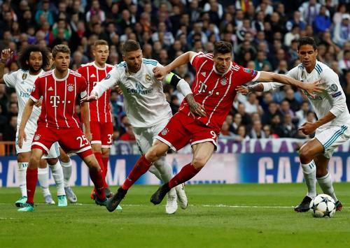 Người hùng Cuneyt Cakir trao vé chung kết cho Real Madrid - Ảnh 2.