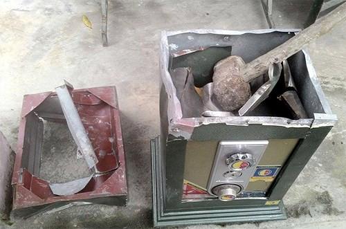 Nửa đêm, 2 tên trộm vào tận nhà khiêng két sắt ra đồng đục phá két - Ảnh 1.