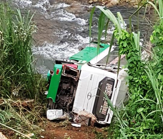 Tai nạn thảm khốc khi xe khách lao xuống vực, 21 người thương vong - Ảnh 1.