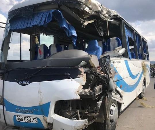 Xe khách chở người có công tông nhau với xe tải, 10 người bị thương - Ảnh 3.