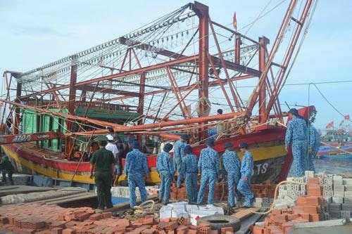 Cứu 9 ngư dân trên tàu cá bị nạn - Ảnh 1.