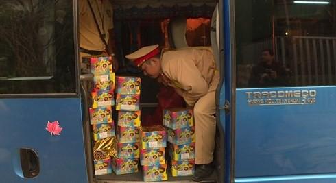 Xe khách qua Lào mua 44 kg pháo hoa về bán - Ảnh 1.