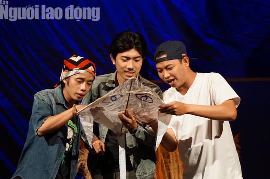 Tuấn Dũng hóa thân đại ca trên sân khấu Kịch Phú Nhuận - Ảnh 2.