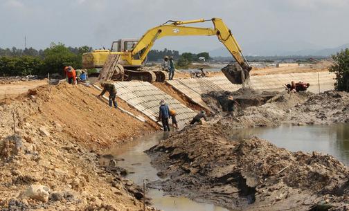 Phú Yên: Hàng loạt sai phạm ở dự án Kè chống xói lở đầm Cù Mông - Ảnh 1.