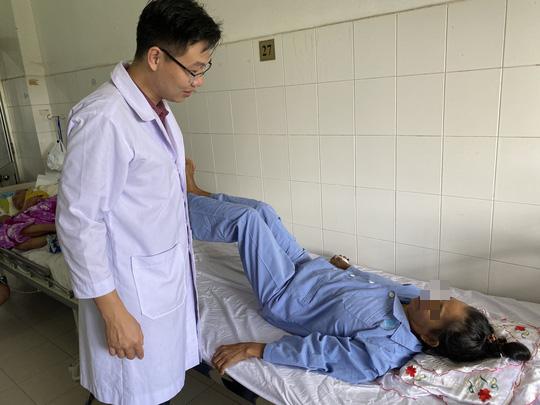 Bệnh nhân liệt chân do ung thư di căn vui mừng khi đi lại được - Ảnh 1.