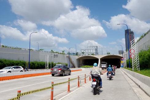 NÓNG: Cấm xe qua hầm sông Sài Gòn chiều 2 ngày cuối tuần này - Ảnh 1.