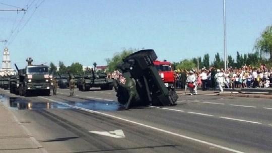 Xe thiết giáp Nga gặp lỗi, lao vào ô tô dừng chờ đèn đỏ - Ảnh 2.