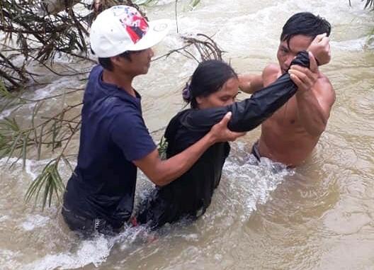 Quảng Ngãi: Giải cứu 5 người bị mắc kẹt giữa dòng nước lũ - Ảnh 1.