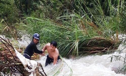 Quảng Ngãi: Giải cứu 5 người bị mắc kẹt giữa dòng nước lũ - Ảnh 2.