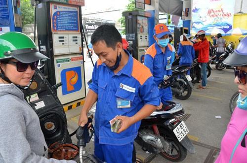 Giá xăng dầu đồng loạt giảm giá mạnh trong dịch Covid-19 - Ảnh 1.