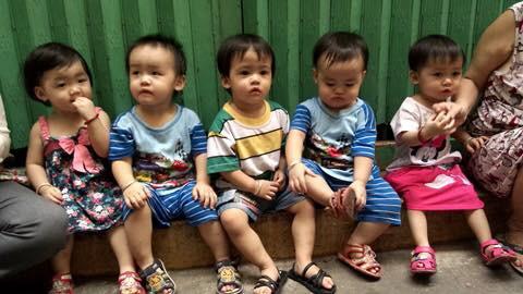 (gui ba hoi dong bai dang ngay 28 Tet)Ca sinh 5 đầu tiên ở Việt Nam bây giờ ra sao? - Ảnh 2.