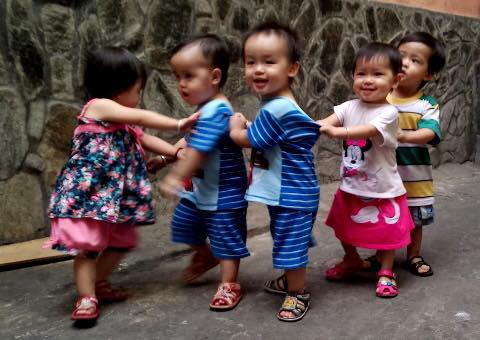 (gui ba hoi dong bai dang ngay 28 Tet)Ca sinh 5 đầu tiên ở Việt Nam bây giờ ra sao? - Ảnh 3.