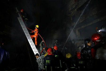 Không chạy được do kẹt xe, gần 70 người chết thảm trong đám cháy - Ảnh 3.