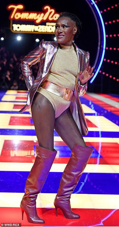Siêu mẫu 70 tuổi chiếm sóng trên sàn diễn thời trang - Ảnh 4.