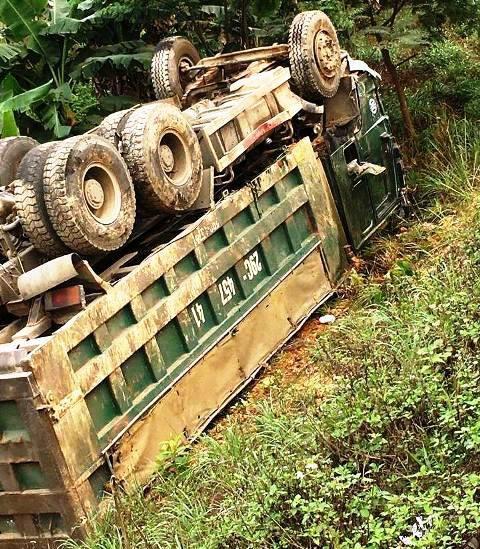 Xe ôtô 4 chỗ nát vụn khi đấu đầu xe ben, 1 người tử vong - Ảnh 2.