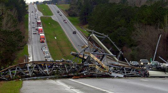 Mỹ: Lốc xoáy càn quét, số người chết không ngừng tăng - Ảnh 3.