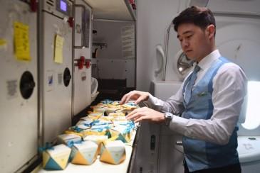 Khách bay bất ngờ được hãng hàng không gửi quà tặng 8-3 - Ảnh 1.