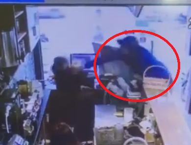 Nam thanh niên cầm gạch đập đầu nữ nhân viên quán trà sữa vì không đổi được tiền lẻ - Ảnh 2.
