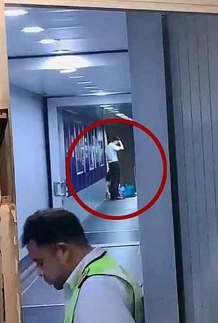 Trung Quốc: Mẹ ngăn máy bay cất cánh để chờ con gái mua sắm - Ảnh 2.