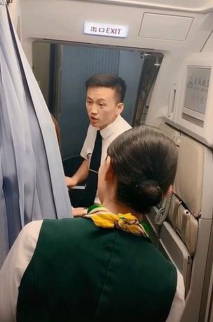Trung Quốc: Mẹ ngăn máy bay cất cánh để chờ con gái mua sắm - Ảnh 1.