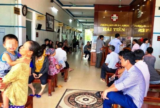 Hơn 50 khách du lịch nhập viện khi ăn hải sản ở biển Hải Tiến - Ảnh 1.