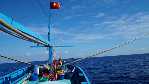 Một triệu lá cờ Tổ quốc cùng ngư dân bám biển: Thiêng liêng cờ đỏ sao vàng giữa biển - Ảnh 1.