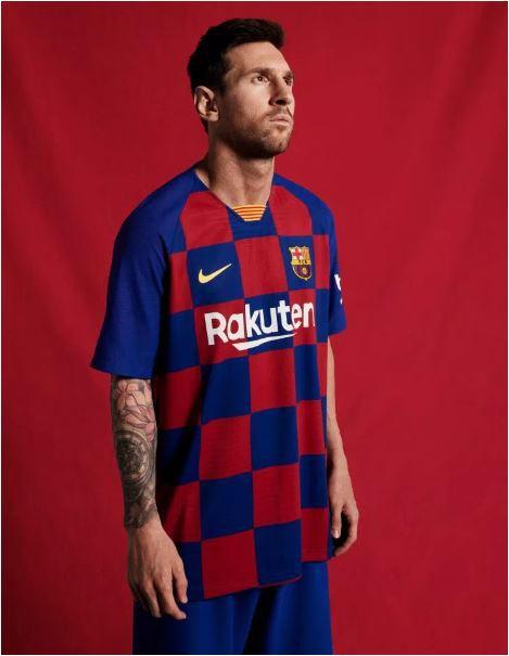 Fan hâm mộ thất vọng với trang phục mới của Barcelona - Ảnh 1.