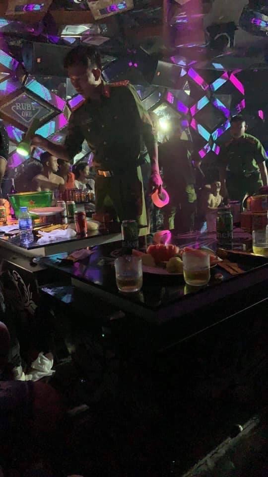 Hải Dương: Đột kích quán bar, phát hiên gần 80 dân chơi sử dụng ma túy - Ảnh 2.