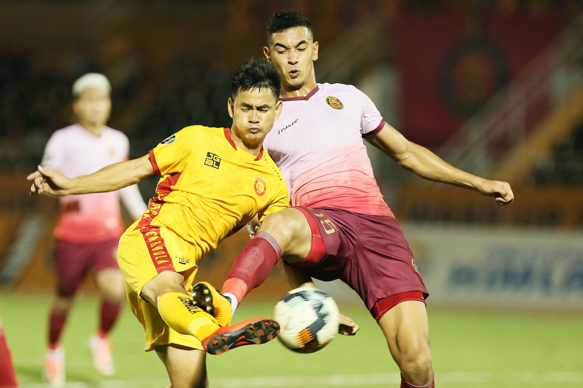Cầu thủ Thanh Hoá khóc nức nở sau trận thua Sài Gòn FC - Ảnh 1.