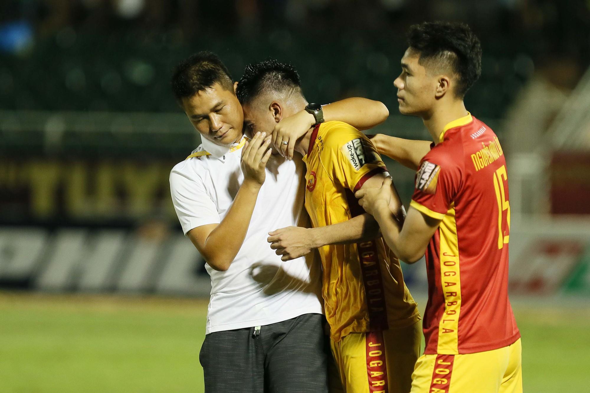 Cầu thủ Thanh Hoá khóc nức nở sau trận thua Sài Gòn FC - Ảnh 7.