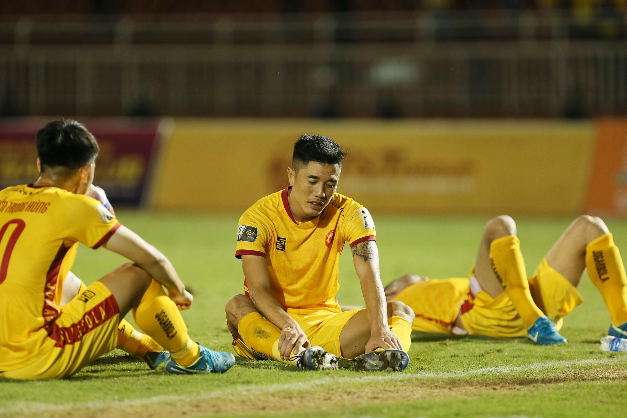 Cầu thủ Thanh Hoá khóc nức nở sau trận thua Sài Gòn FC - Ảnh 8.