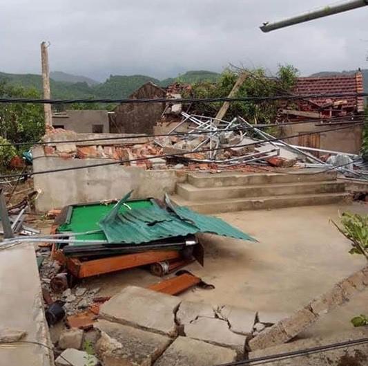 Lốc xoáy trước lúc bão vào, 41 nhà sập và tốc mái, 3 người bị thương - Ảnh 1.