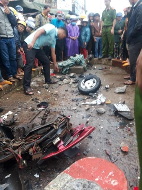 Xe khách lao vào chợ ven đường, ít nhất 3 người chết - Ảnh 3.
