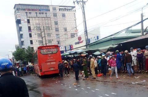 Xe khách lao vào chợ ven đường, ít nhất 3 người chết - Ảnh 1.