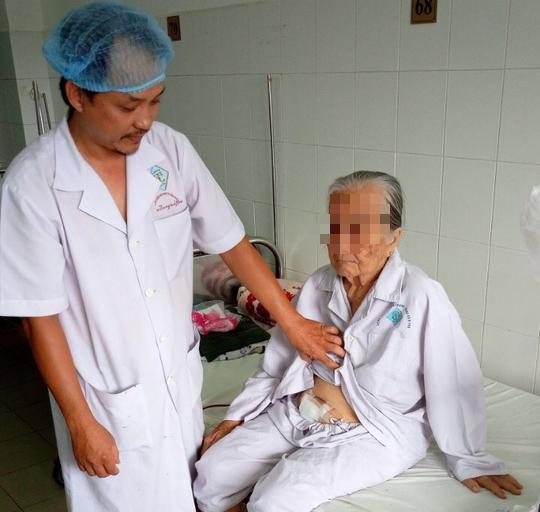 Phẫu thuật lấy hàng chục viên sỏi to hành hạ cụ bà suốt 10 năm - Ảnh 2.