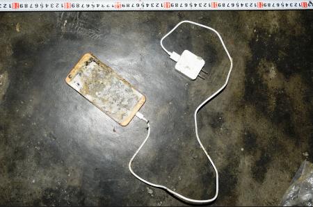 Sử dụng điện thoại lúc đang sạc pin phát nổ, 1 thanh niên tử vong - Ảnh 1.