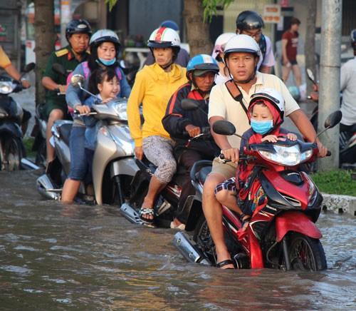 TP HCM và Cần Thơ: Chật vật với nước ngập - Ảnh 2.