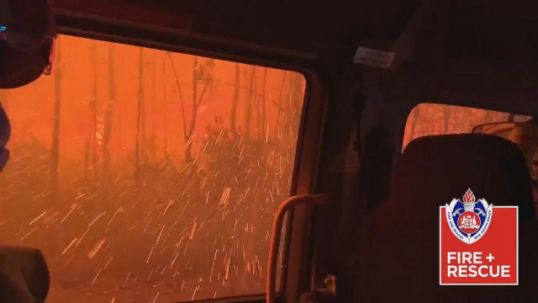 """Xe chở lính cứu hỏa Úc bị """"thần lửa"""" nuốt trọn - Ảnh 1."""