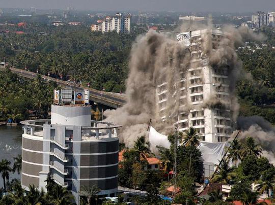 Nổ mìn giật sập 2 tòa chung cư cao cấp do xây trái luật - Ảnh 1.