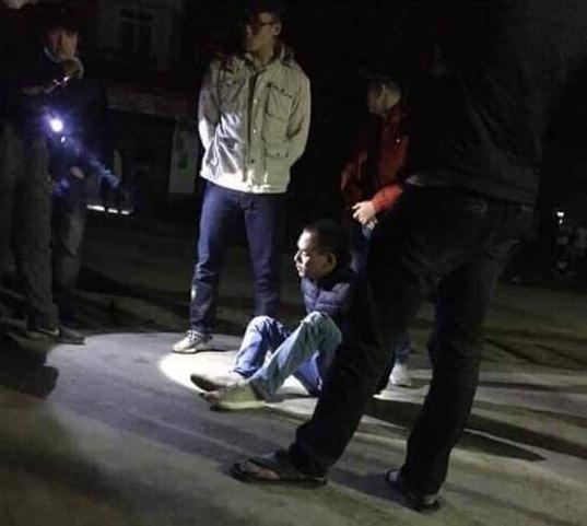 Ông trùm ma túy cùng người tình lao thẳng xe bán tải vào ôtô của công an - Ảnh 1.