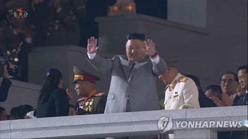 Thông điệp bất ngờ của ông Kim Jong-un tại lễ duyệt binh kỳ lạ - Ảnh 2.