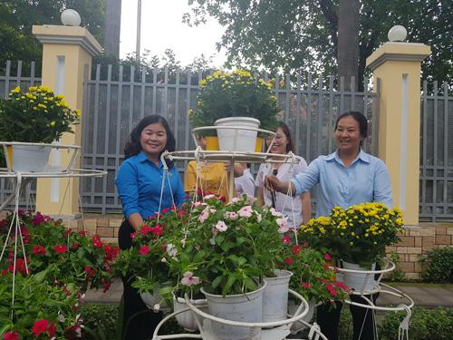 CNVC-LĐ góp gần 1.000 giỏ hoa làm đẹp đường An Dương Vương - Ảnh 1.