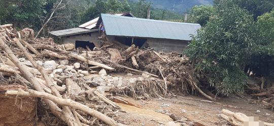 Quảng Trị:  Di dời khẩn cấp 45 hộ dân vì núi xuất hiện vết nứt nguy hiểm - Ảnh 1.