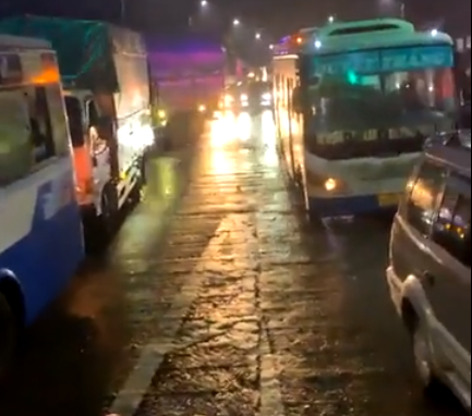 CLIP: Tài xế vây trạm thu phí BOT giữa mưa bão, Quốc lộ 26 tê liệt - Ảnh 3.