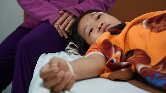 Nữ sinh bị đánh và đạp xuống hố sâu sau vụ va quẹt giao thông - Ảnh 1.