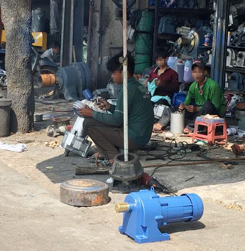 Chợ đồ cũ độc hại trên Quốc lộ 1 - Ảnh 1.