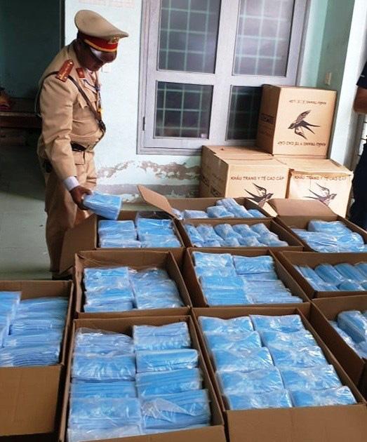 CSGT Quảng Bình bắt quả tang xe tải chở 75.000 khẩu trang y tế lậu - Ảnh 1.