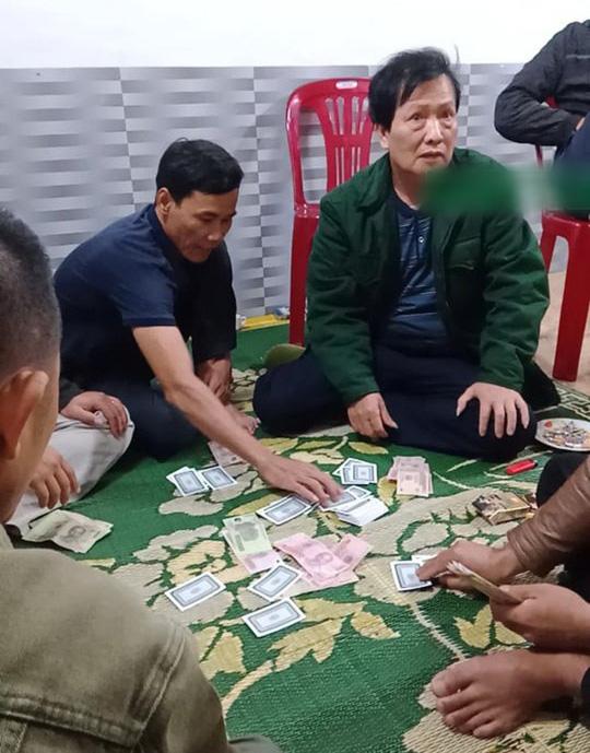 Đình chỉ công tác Chủ tịch xã tham gia đánh bạc trong dịch Covid-19 - Ảnh 1.