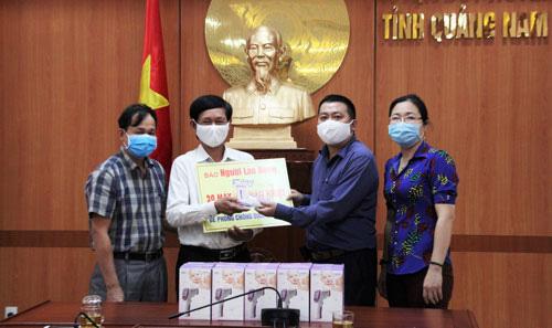 Cùng cộng đồng chung tay phòng chống dịch Covid-19: Tặng 20 máy đo thân nhiệt cho huyện Duy Xuyên, Quảng Nam - Ảnh 1.