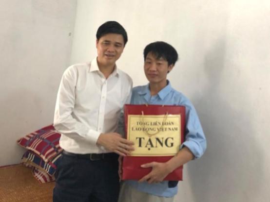 Lãnh đạo Tổng LĐLĐ Việt Nam thăm, tặng quà công nhân bị tai nạn lao động - Ảnh 2.